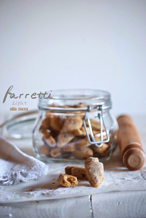 Versione riadattata da una ricetta di Luca Montersino     Per la pasta frolla al farro e zucca (senza uova e senza latticini)     400 g...