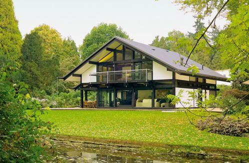 Las casas Huf Haus están hechas con estructura de madera y hormigón, tienen gran aislamiento, materiales sostenibles, y son muy eficientes.