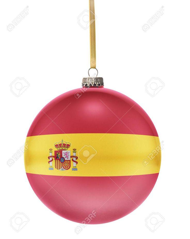 Una bola brillante de Navidad en los colores nacionales de España colgando de una cadena de oro aislado en un fondo blanco. (Serie) Foto de archivo - 46726661