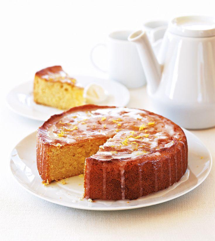 Το κέικ λεμονιού είναι κλασικό κι αγαπημένο γλύκισμα για το πρωινό, αλλά και για να συνοδέψετε τον καφέ ή το τσάι σας. Σε αυτή την συνταγή το φτιάχνετε με γιαούρτι και του προσθέτετε αλεσμένα αμύγδαλα που του κάνουν ακόμη πιο νόστιμο, ενώ το σερβίρετε και με ένα αρωματικό γλάσο λεμονιού.