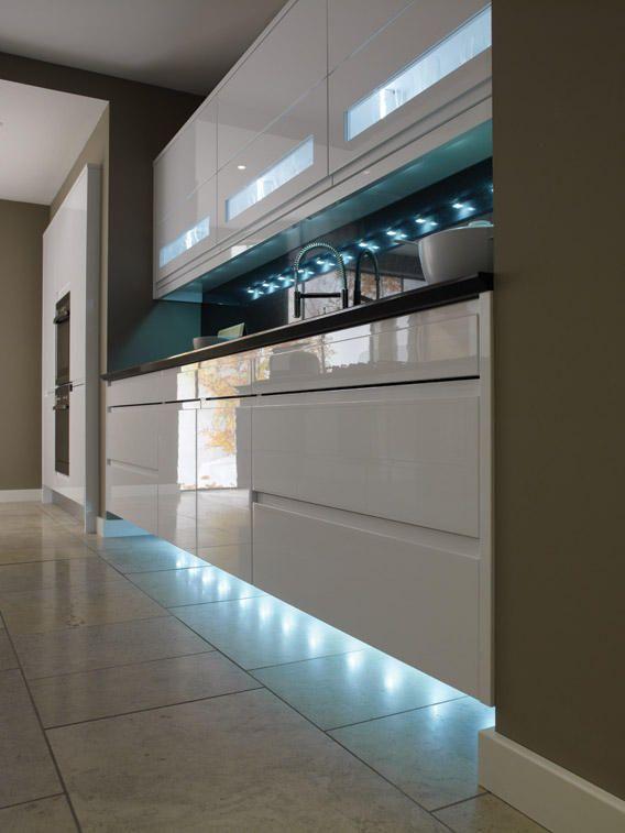 глянцевая белая кухня