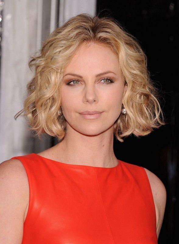 Né troppo lungo né troppo corto, è un taglio di capelli molto versatile. Si adatta infatti ad ogni forma del viso e di stile. Tante idee per personalizzare il caschetto lungo