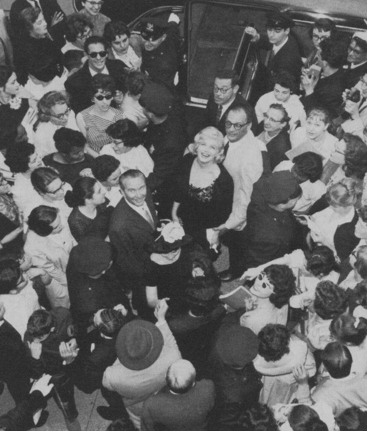 """1959 / Le 13 mai 1959, Marilyn reçoit le prix italien """"David Di DONATELLO"""" (une plaque de la statue de David, sculptée par DONATELLO) en tant que """"Best Foreign Actress of 1958"""" (La meilleure actrice de 1958) pour le film """"The prince and the showgirl"""" (""""Le prince et la danseuse""""). C'est Dr. Filippo DONINI, le directeur de l'Institut Culturel Italien, qui lui remet le prix. L'actrice italienne Anna MAGNANI remit un bouquet de fleurs à Marilyn. Près de 400 personnes (des fans, des…"""