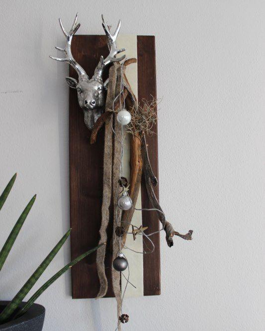 Wanddeko aus neuem Holz! Dekoriert mit Bänder, natürlichen Materialien, Kugeln und einem Hirschkopf! Preis 44,90€