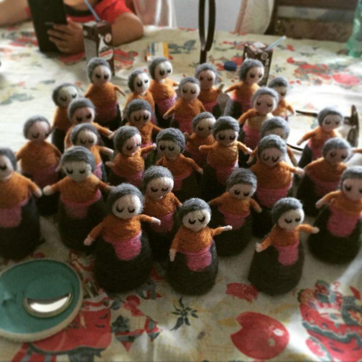 Ejército de abuelitas llenas de amor en fieltro agujado