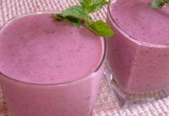 Voor 4 personen de 4 vruchten smoothie: 1 kiwi, 1 banaan,  90 gr bosbessen, 150 gr aardbeien, 1 kopje ijsblokjes, 125 ml sinaasappelsap, 0,25 liter perziken yoghurt.