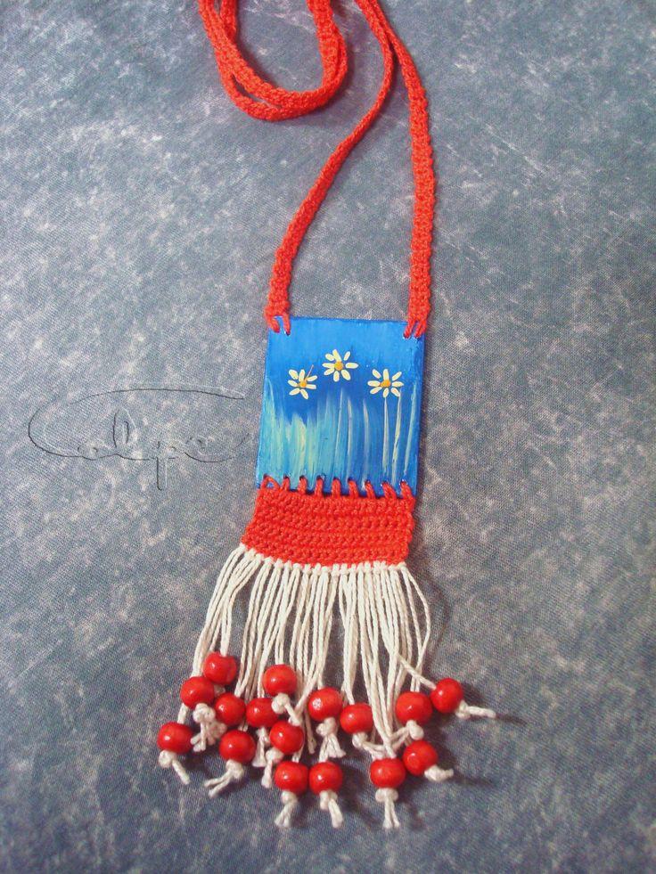 Colgante de crochet con pieza de madera pintada y hecha a mano. http://calpearts.blogspot.com.es/p/colgantes.html