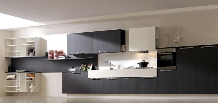 I rivestimenti di ERIKA sono in melaminico lucido di ultima generazione e melaminico in finitura larice con venatura verticale.