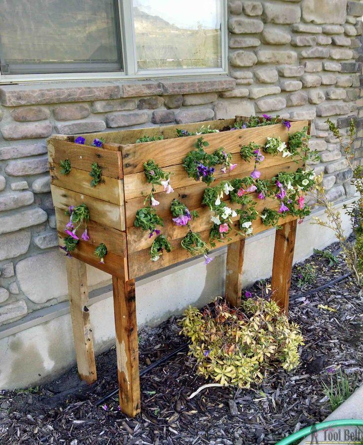 Echa un vistazo a estas flores - Caja paleta plantador de bricolaje para aquellas cestas de flores en cascada increíbles.