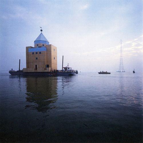 Il Teatro del Mondo ou « théâtre vénitien » fut réalisé par Aldo Rossi en 1979, pour les secteurs « Théâtre et Architecture » de la Biennale de Venise 1980, dans le cadre de l'exposition Venise et l'espace scénique.