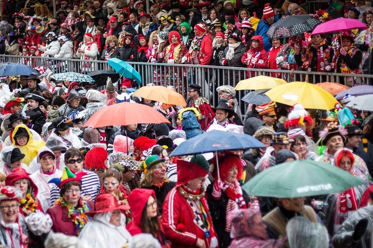 Die Städte der Region reagieren unterschiedlich auf die Warnung des Deutschen Wetterdienstes. In Duisburg muss das Karnevalszelt bereits ab Windstärke 4 abgebaut werden. Die meisten Verantwortlichen wollen kurzfristig entscheiden. Ein Überblick.