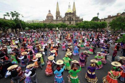 En #Guadalajara se mantienen todas las tradiciones #mariachis. En las plazas y calles, en cada fecha patria, los bailarines llenan de alegría y color los espacios públicos.
