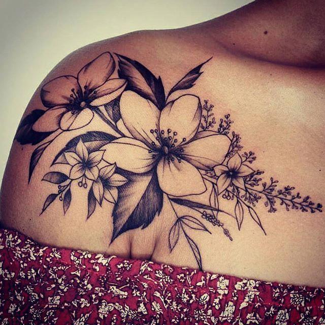 50+ Schulter Tattoo für Frau: Schöne Blumen Tattoo #Tattoosforwomen