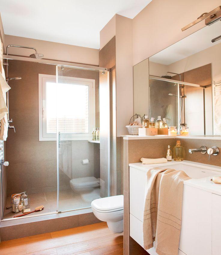 Baño con ducha, bajolavabo y mueble, grifería de pared, espejo y mampara de cristal