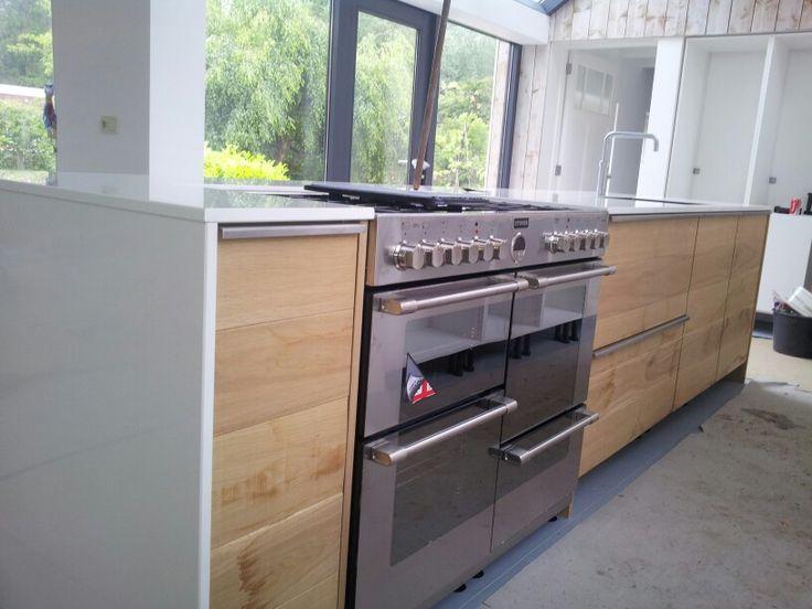 Houten Keuken Haba : Rvs fornuis in ruw houten keuken met strak wit blad
