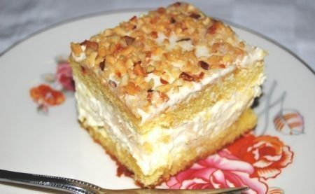 La torta Giamaica è un delizioso semifreddo che ricorda i sapori esotici della terra centro-americana. Ananas e panna montata i suoi ingredienti principali.