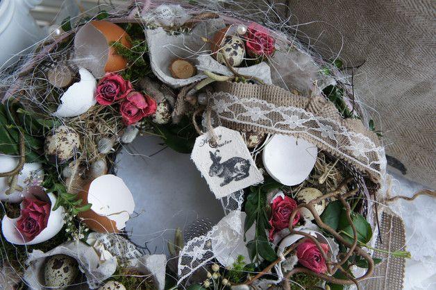 Ein romantisch anmutiger Ostertischkranz.... Auf einem mit Moos und Reben umbundenen Strohkranz finden sich verschiedene Eier, getrocknete Rosen und allerlei Lieblichkeiten aus der...