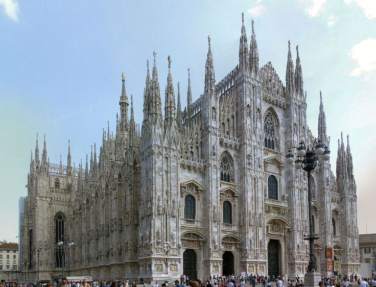 """Milán Es la segunda ciudad mas poblada de Italia, tiene el aspecto y características de una ciudad moderna con grandes rascacielos, edificios de cristal y metal y grandes almacenes. Es considerada """"la ciudad de la moda""""."""