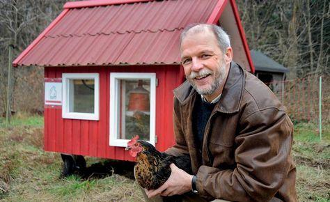 Scharrende Hühner auf dem Hof, den Wiesen und ein krähender Hahn auf dem Mist. Heute kennen viele dieses Bild nur noch aus dem Museumsdorf. Dabei ist es gar nicht so schwer, Hühner im eigenen Garten zu halten, wie uns Agrar-Ingenieur Ralf Müller verrät.