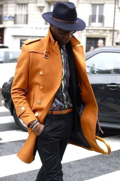 Samedi matin à l'entrée du défilé Kenzo, aux Ateliers de la RATP dans le 15e arrondissement de Paris, les invités rivalisent d'élégance. Mention spéciale pour ce manteau safran à boutons dorés.