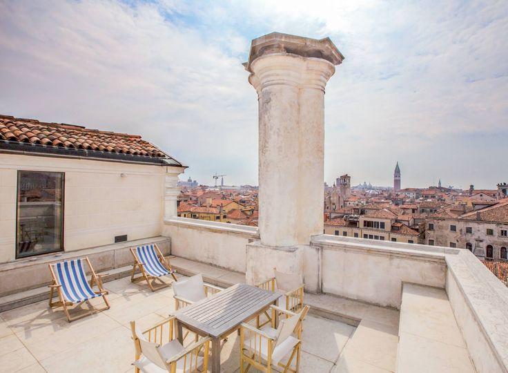 #VillegiardiniAbitare Nel cuore di Venezia tra Rialto e Campo San Polo, Palazzo Albrizzi è uno dei più alti della città. Dal terrazzo si gode una vista spettacolare sulla Serenissima.