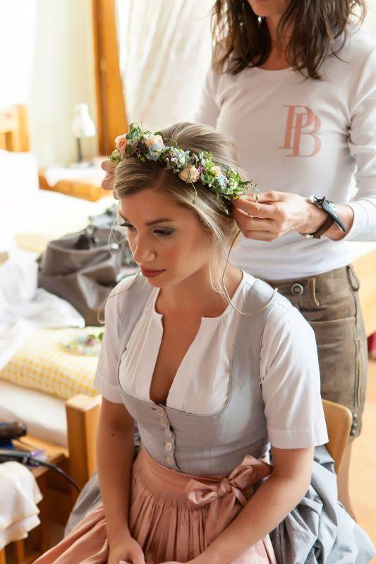 Trachten-Hochzeit: Blumenkranz für die Braut in rosa, blau und grün. Foto: Josef Gerl