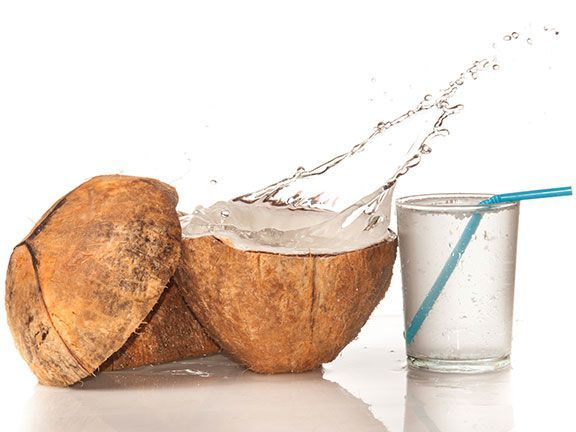 Die Kokosmilch ist gar keine Milch. Und Kokoswasser enthält andere Inhaltsstoffe als die für Wasser üblichen Mineralstoffe. Wo ist der Unterschied?