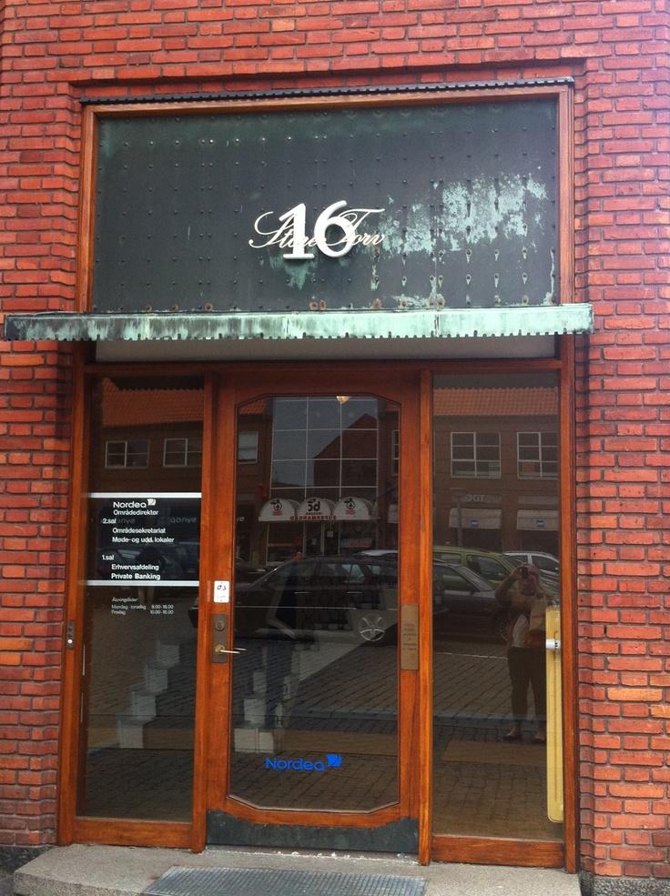 Elegante og tidstypiske detaljer på Døren ved siden af Nordea på Store Torv. Stilfuld bygning også.