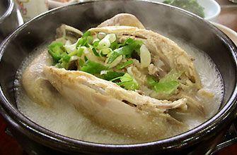 """「サムゲタン」鶏一匹まるまる使うこの「サムゲタン」は、漢方の王道的存在の高麗人参やニンニク、ナツメ、クリなどと一緒に煮込むタン(湯・スープ) 料理で、たくさんある韓国料理の中でも特に栄養価が高い""""補身料理""""として韓国人の間で長く親しまれて来た健康メニューです。また暑い夏には夏バテ防止効果があります。     一般的な材料 ・鳥  ・もち米   ・朝鮮人参  ・栗のむき実   ・ニンニク   ・ショウガ   ・ねぎ   ・コリアンデイツ(無くてもOK)  ・ごま油   ・酒   ・鳥がらスープ   ・塩、こしょう   ・水     サムゲタンの作り方 炊飯器を使ってサムゲタンを作ります。  ①にんにく、しょうがは、包丁でつぶしておき、ネギの青いとこは、臭み消しに、  白いとこは斜めぶつ切りにします。  ②鶏肉はフォークで穴あけて分量外のお塩を少しすり込んどきます。  ③お釜に上から入れていき、全部入れて最後にお水いれます。  ④上に「灰汁取りシート」被せて炊飯スタートを押します。  炊けたら10分ぐらい保温して出来上がりです。   <ポイント> お水の入れすぎには注意しましょう。"""