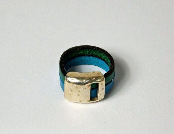 zweifarbiger Lederring, türkis blau, Leder Fingerring, leather ring turquoise blue, mit silberfarbener Zamak Ringperle, Lederschmuck