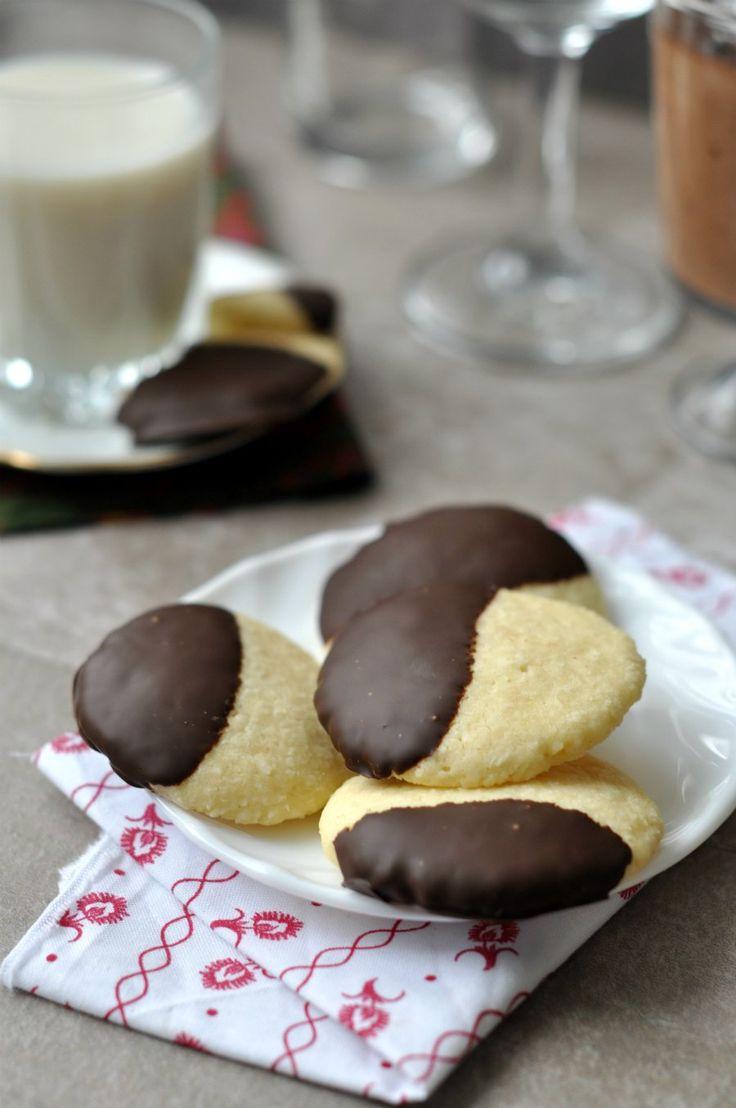 csokis kokuszos keksz - Hozzávalók 15-20 db-hoz: 1 db tojás 6 dkg puha vaj 5 dkg porcukor 10 dkg liszt 5 dkg kókuszreszelék 2 csipetnyi sütőpor  A csokibevonathoz: 5-8 dkg étcsokoládé