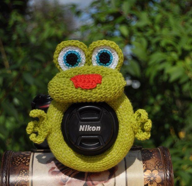 Der Frosch . Spielzeug auf Objektiv von Strick mit Liebe auf DaWanda.com