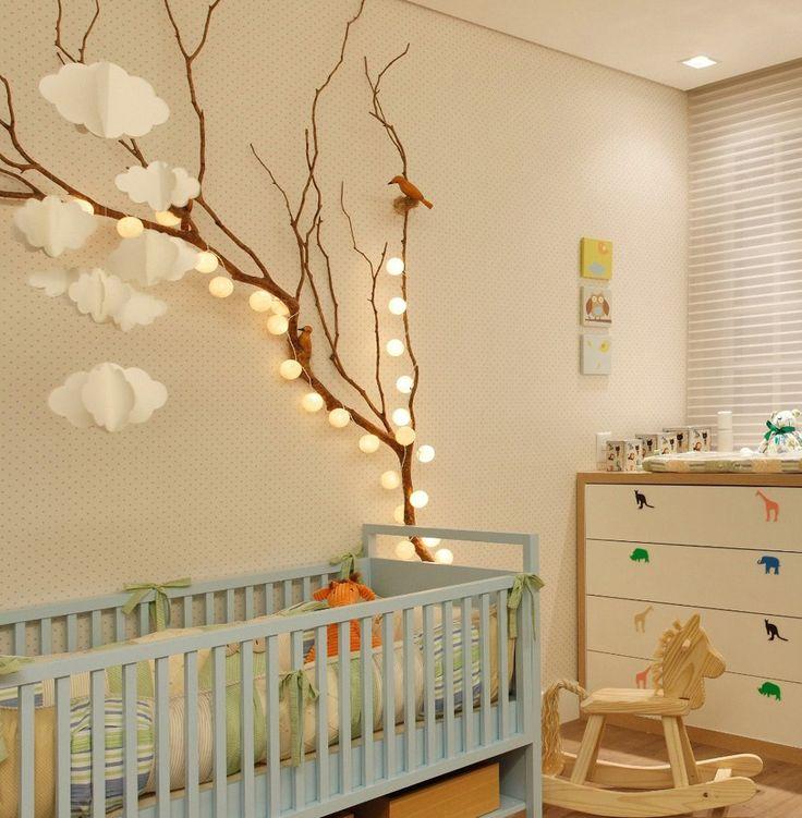 Stanza bimbo, colori neutri naturali, con un'idea molto originale di decorazione e illuminazione - varie lampadine disposte su un ramo di albero - fai da te