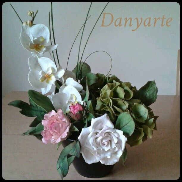 Cimbydium, peonie, ortensia, rosa in porcellana fredda.