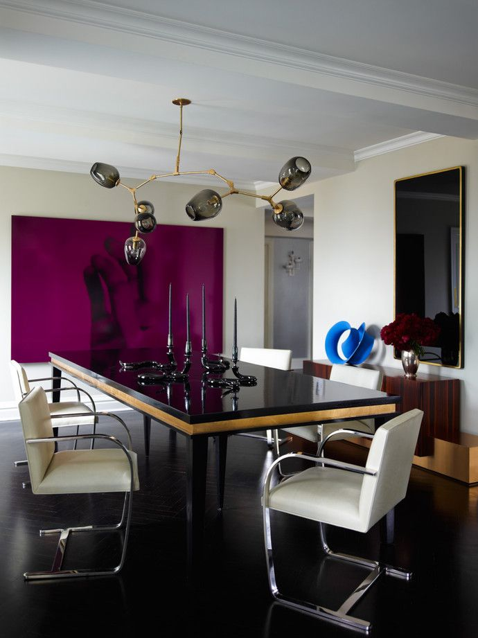 Столовая. Над столом, изготовленным на заказ, — люстра, дизайн Линдси Эйдельман. Вокруг стола — стулья, дизайн Людвига Мис ван дер Роэ. На столе подсвечники работы Джеффа Циммермана. Стены выкрашены краской оттенка DKC-84 от Donald Kaufman.