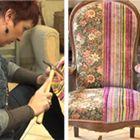 Relooker un fauteuil Voltaire : retirer galon et tissu. Décaper et reteindre le bois, puis protèger le bois à la cire. Le lendemain, pose du nouveau tissu appointé avec de petits clous provisoires. Pour les finitions, un repli dans le tissu avant de poser les clous de tapissier en aluminium brossé