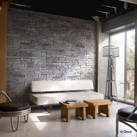 mur de pierre salon mur de la t l vision rappel c ramique noir et plancher de bois. Black Bedroom Furniture Sets. Home Design Ideas