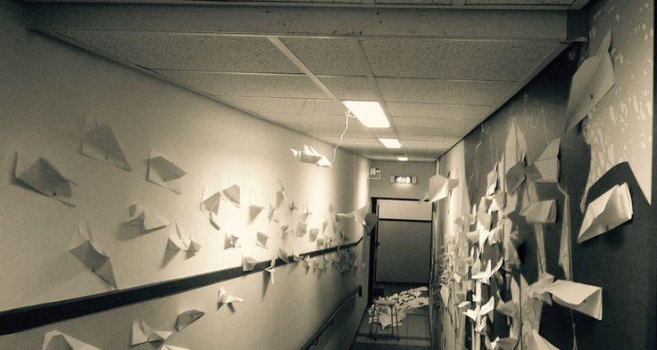 Door de kwantiteit van alle papieren vliegtuigjes wordt er een nieuwe omgeving gecreëerd met een totaal andere sfeer dan een gewone gang. Het idee erachter is dat alle vliegtuigjes die gericht zijn op de kruk aan het einde van de gang staat, staan voor alle dingen die op je afkomen als leerling. Je zit als leerling dus op de kruk.