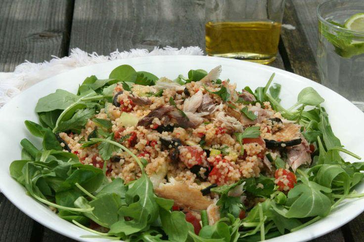 Couscous is een snelle en simpele basis voor een salade om veel groenten in te verwerken. Probeer deze couscoussalade met groenten en makreel eens.