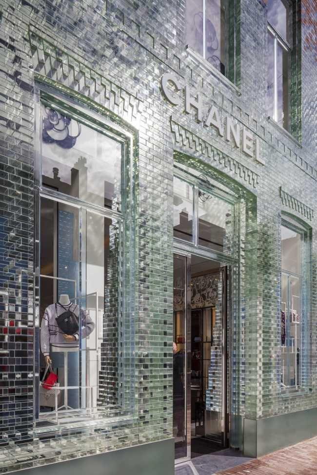 Skleněná fasáda navržená jako replika původní historické budovy z červených cihel