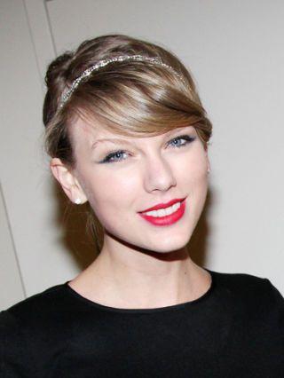 """Guarda che fatica ha fatto! Considerato anche che non disponeva di un bel cerchietto! Taylor Swift ha aggiunto questo dettaglio prezioso al suo stile passando da un look da """"ragazzina"""" a un look glam.  -cosmopolitan.it"""