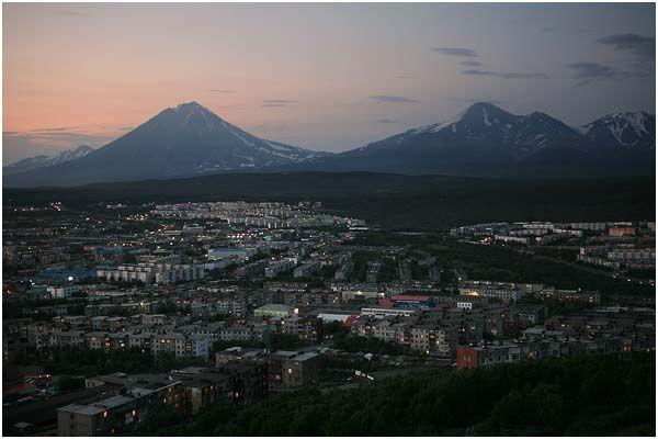 Петропавловск-Камчатский. На заднем плане - Корякский, Авачинский и Козельский вулканы.