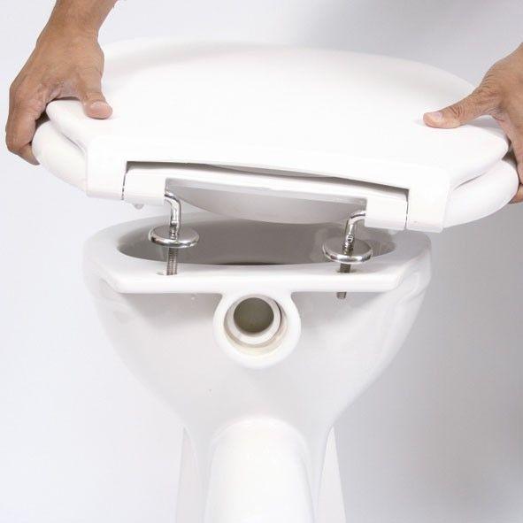 Un amplio asiento de inodoro con tapa incluida. Los 48 cm de ancho del asiento proporcionan una superficie 75% mayor a la de los asientos de inodoro estándar. Fácil de instalar.