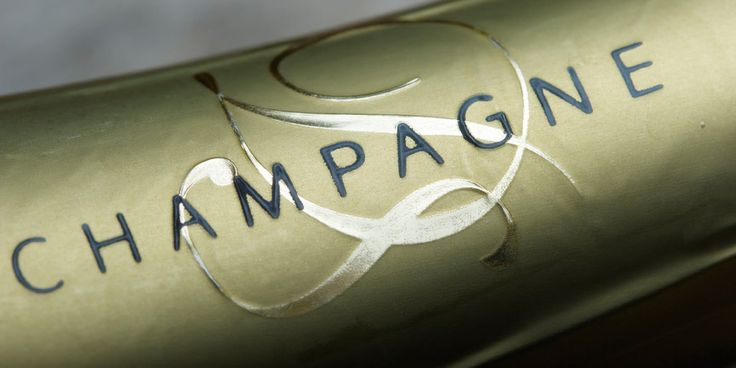Aus den Gewölben einer Benediktinerabtei zum Prunkgenuss des viktorianischen Zeitalters. Zurückgeworfen durch Kriege und Krisen und dennoch ungebrochen begehrt – der Champagner!