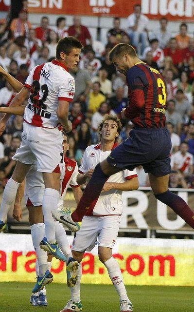 El defensa del FC Barcelona Gerard Piqué y el centrocampista del Rayo Vallecano Saúl Ñíguez