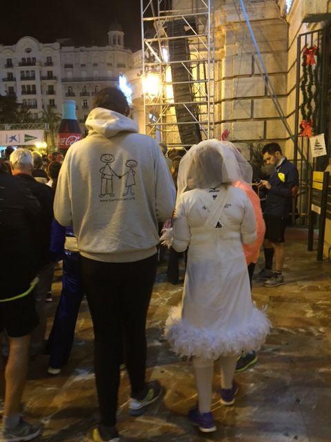 Una pareja de corredores de la San Silvestre, disfrazados, camino de la salida de la carrera. #Sansilvestre #Valencia #Navidad2015