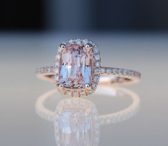 Cet anneau dispose d'un saphir coussin de 1,84 ct. La pierre est incroyable - claire et belle. C'est une non traitée pierre naturelle, très rare. La couleur est pêche pastel glace champagne. Très jolie!  Cette beauté est situe dans un cadre de rose diamants en or 14 k. Taille 6.  Correspondance de diamant est disponible et peut être commandé séparément http://www.etsy.com/listing/43570520/skinny-and-stackable-eternity-diamond *************************************************************