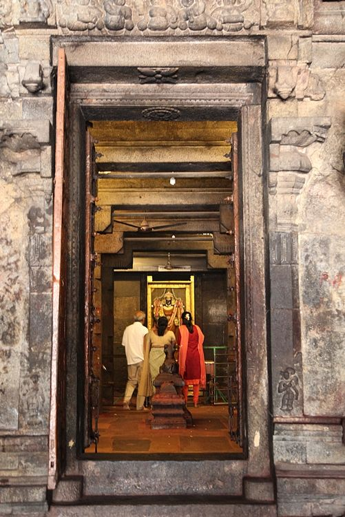 Fedeli all'interno Brihadishwara Temple a Thanjavur. Foto di Samuele Fracasso