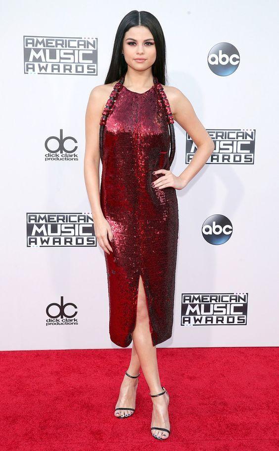 Qual sapato usar no seu look de festa. Selena Gomez, vestido de paetês vermelho, sandália de duas tiras preta
