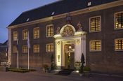Librije's Hotel Zwolle  Description: Librije's Hotel is een stijlvol vijfsterren hotel in het centrum van Zwolle. In de monumentale voormalige vrouwengevangenis van Zwolle bevinden zich 19 royale kamers en suites het restaurant Librije's Zusje (bekroond met 2 Michelinster) en de kook- en wijnschool Librije's Atelier. Bovendien zijn er verschillende ruimtes voor feestelijkheden zoals bruiloften presentaties recepties of heerlijke diners gevestigd. De binnentuin is een uitgelezen plek voor een…
